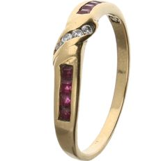 18 kt - Yellow gold ring set with 8 square cut rubies and 4 brilliant cut zirconias - Ring size: 17 mm
