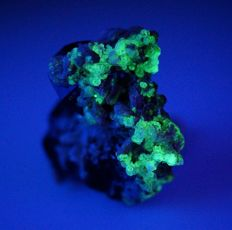 Intensive Fluorescent Hyalite with Black Tourmaline and Albite - fantastic shape - 4,5 x 3,5 x 2,5 cm - 34 g