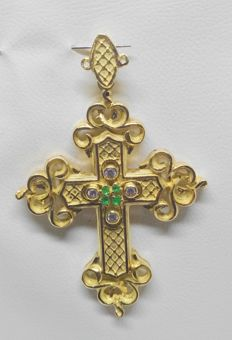 Large cross in 18 carat yellow gold - Green stones and zirconias - Length measurement: 6 cm - Gold weight: 18.8