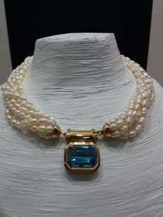 Necklace with seven strands of fresh water pearls with 18 kt gold central clasp with azure topaz - total weight: 102.7 g Length: 47.0 cm