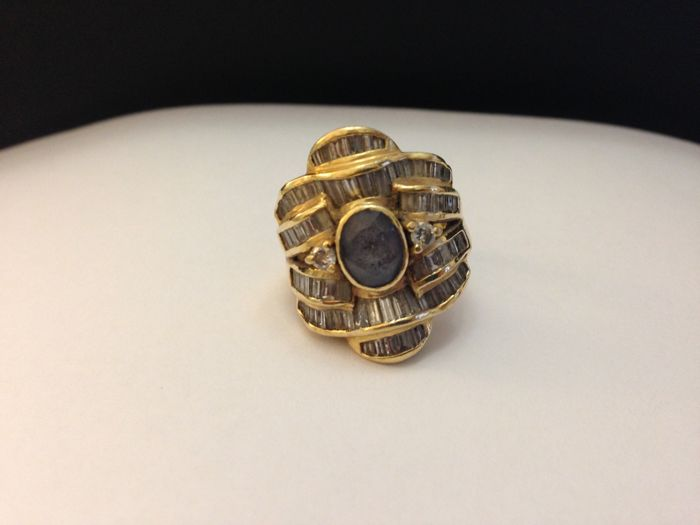 18 kt gold ring, with amethyst and diamonds  Size: 15.5