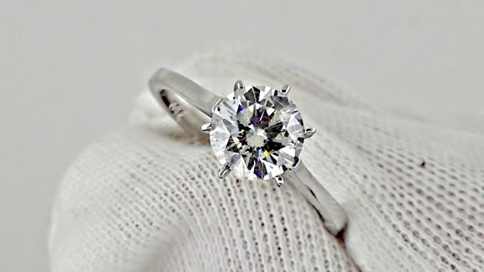 1.10 ct   round diamond ring made of 14 kt white gold *** NO RESERVE PRICE ***