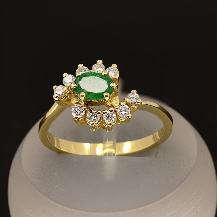 18kt/750 yellow gold ring with diamonds and emerald – Size 56 /16