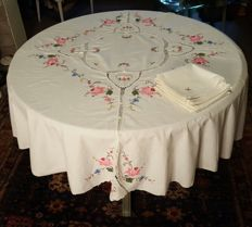 Round tablecloth made by hand in cross stitch embroidery, applications and crochet - 8 napkins - 165 cm in diameter - Without reservation