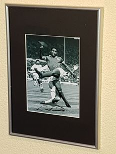 Eusebio (RIP) -hand signed framed photo in professional passepartout + COA en copy letter Benfica