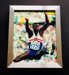 Carl Lewis - Amazing Authentic & Signed Autograph in Framed Photo ( 20x25cm ) - with Certificate of Authenticity BECKETT