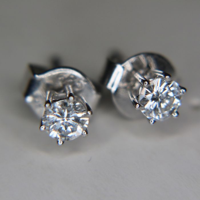 High quality stud earrings with solitaire diamonds, 0.50Ct. VVS1 / Top Wesselton. Signed brand marks. Excellent state.