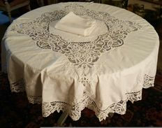 Round tablecloth with lace and hand made embroidery and 8 large napkins - 165 cm in diameter - no reserve