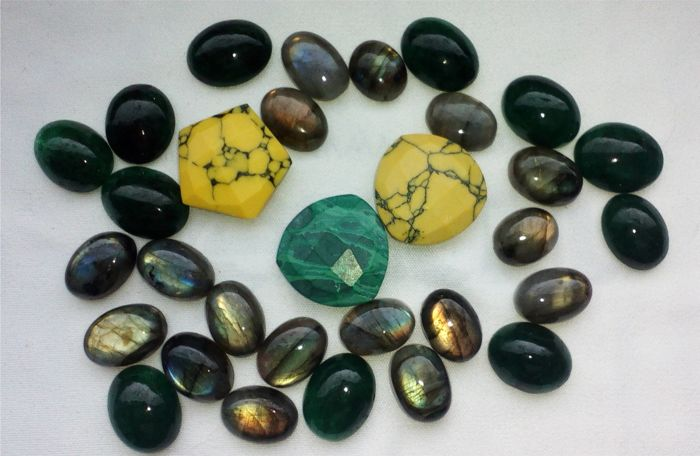 Mixed lot with Labradorite, Emerald, Malachite and Jasper total 241.00 ct