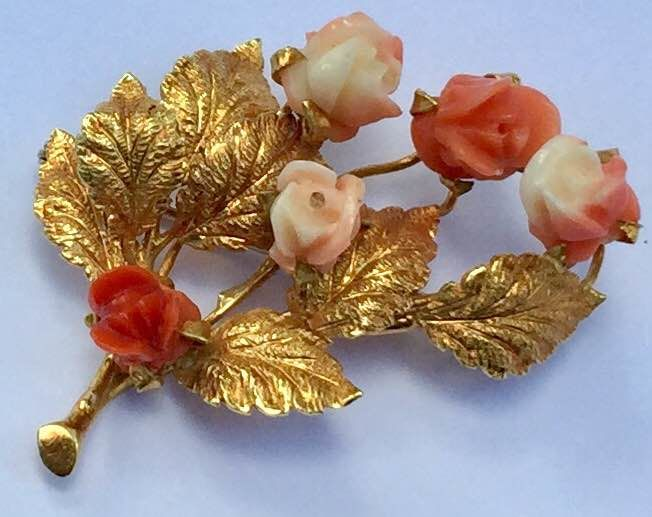 18 kt gold brooch with leaves and Mediterranean coral roses