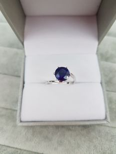 18 kt white gold ring with 2.7 ct sapphire, made in Italy