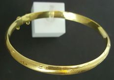 18 kt gold bangle with engraved design - 66 x 5.8 mm - Inner diameter: 60 mm