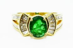 Ring in 18 kt yellow gold, new, with emerald and diamonds - Ring size: (8.5) 55.5/56, adjustable ring.