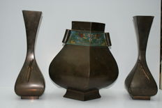 Three bronze vases, 2 with praying mantises and 1 vase with champlevé decoration - Japan - around 1900