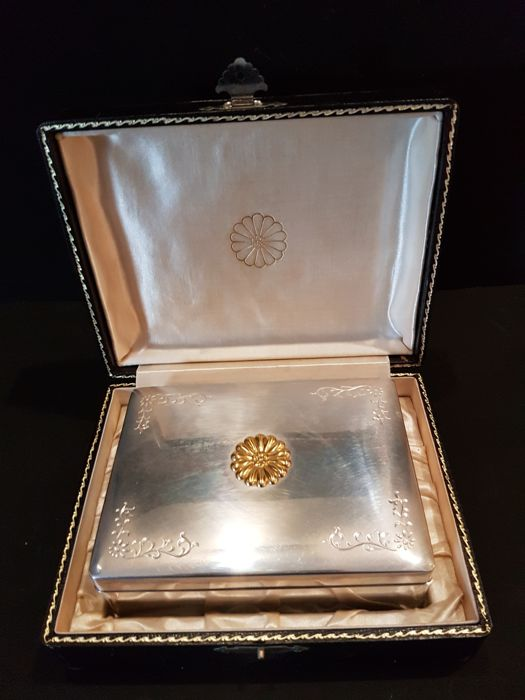 An imperial gift from the Japanese Emperor Hirohito, made of real silver and gold-plated chrysanthemum - Japan - 1926-1989 (Showa period)