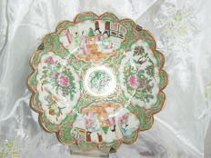 A Cantonese famille-rose porcelain dish - China - 19th century