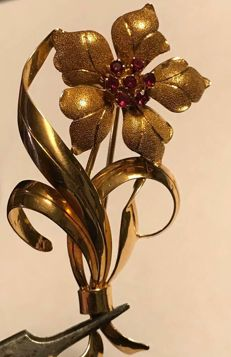 Antique 18 kt gold brooch with rubies