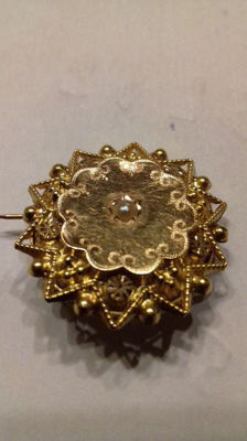 Antique brooch in 18 kt gold with small central pearl