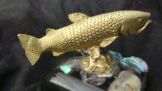 Beautiful old brass sculpture. Salmon that has been beautifully hand engraved, and on a mother of pearl plinth - 1930-1940