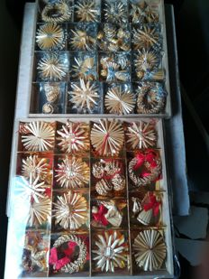 Set of 52 silvery pieces and 51 red pieces