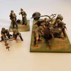 Scale models German soldiers with cannon and machine gun WW II
