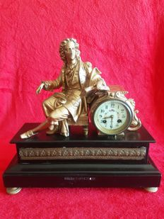 French table clock from 1900, with a carved figure of Louis XVI