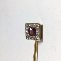 18 kt yellow gold tie pin with a princess cut clear grenadine pink red ruby, surrounded by 16 brilliant cut diamonds