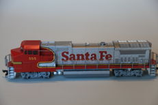Walthers trainline H0轨 - 931-157 - 内燃机车 - Dash 8 40 BW - Santa Fe