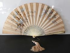 Large silk fan, gilded carved bone mount - Napoleon III period - Hand-painted designs - Circa 1860 - France