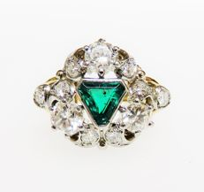 14 kt (585) gold Art Nouveau ring with 0.62 ct emerald & 1.77 ct of diamonds