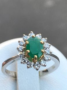 daisy ring in 18 kt white gold set with an emerald and diamonds 1.22 ct - size 50.50/16.07 mm