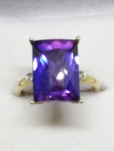 Huge 1970s 8ct Statement Rectangle cut Natural Purple Sapphire with SI grade Diamond Accent in solid yellow gold coctail ring.