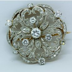 18 kt gold brooch with diamonds, central brilliant: 0.62 ct