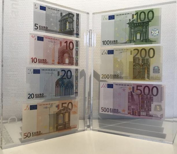 Presentation set of euro banknotes from 2017 issued by de Nederlandsche Bank - 5, 10, 20, 50, 100, 200 and 500 euros in acrylic glass
