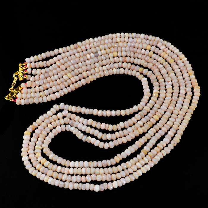 Pink Opal necklace with 18 kt (750/1000) gold clasp, length 50 cm.