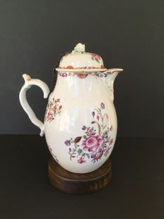 Companies of the Indies - Porcelain coffee pot with floral decoration in polychrome.