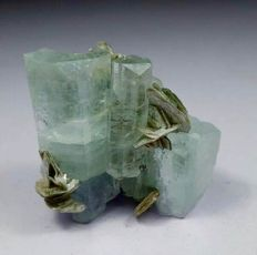 Terminated aquamarine crystals bunch with mica - 43 x 40 x 24 mm - 36 gm