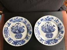 A pair of blue and white porcelain plates - China - 18th century (Kangxi period)