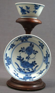 Cup and saucer with floral decorations, marked - China - 17th century, Kangxi period (1662-1722)