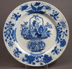 Large plate decorated with a royally filled basket with flowers - China - circa 1680, Kangxi period (1662-1722)
