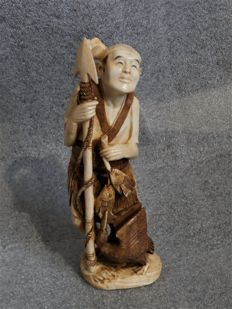 A well carved one piece ivory okimono of a spearfisher, signed - Japan - ca 1920-1930 (Meji period)