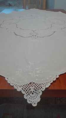A beautiful hand-embroidered Tablecloth. Hand embroidery. A crochet lace. Without a reserve price.
