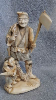 A good Japanese ivory okimono of a lumberjack and his son, signed - Japan - ca 1900 (Meji period)