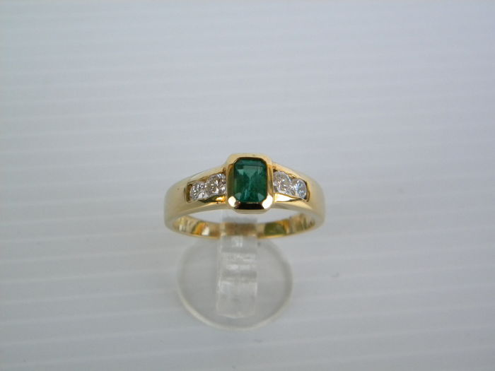 Ring in 18 kt yellow gold with natural diamonds totalling 0.40 ct and natural emerald weighing 0.52 ct - Total weight: 4.60 g - Size: 15.5