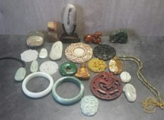 Collection of 23 different Jadeite and agate mineral items - 1150 grams