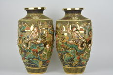 A couple of beautiful vases made of Satsuma moriage earthenware - Marked 'Kinkozan' - Japan - First half of the 20th century