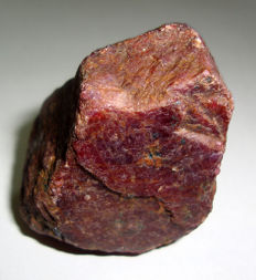 Natural ruby corundum -	5.1 x 3.5 x 3.1 cm - 153 g / 769 ct