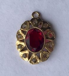 1960s - Pendant in 18 kt gold with a garnet and 10 petals decorated with diamonds