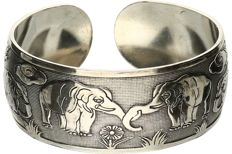 925/1000 Silver, tooled bracelet with elephants. - diameter: 60.5 mm