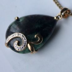 Vintage large gold pendant ca. 7,2gr. with drop cut Zoisite approx. 17.8Ct. and small old cut diamonds on two sides.